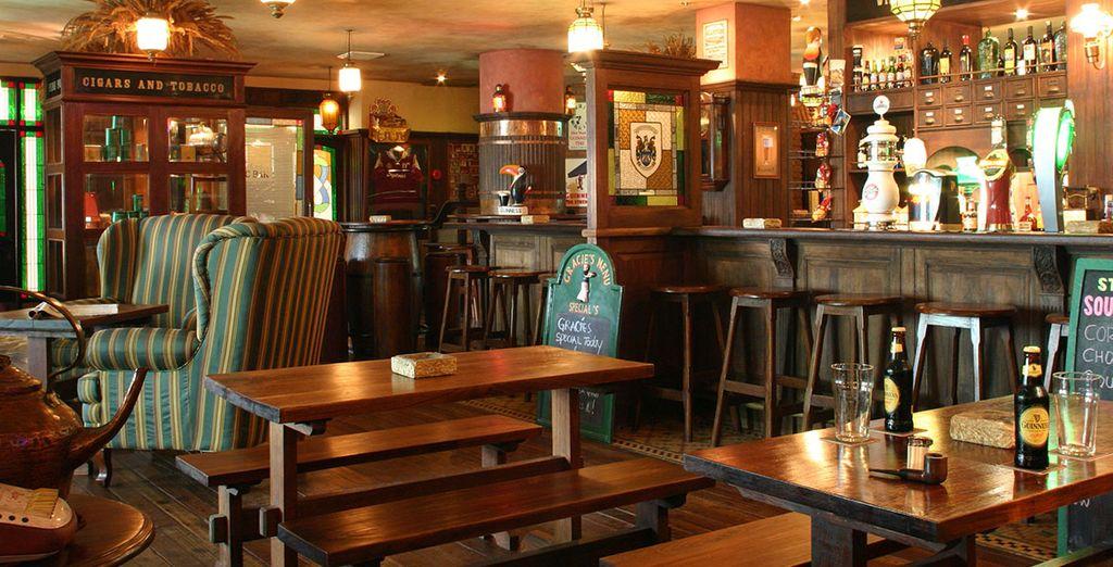 Disfrute de una cerveza refrescante en el Irish Pub
