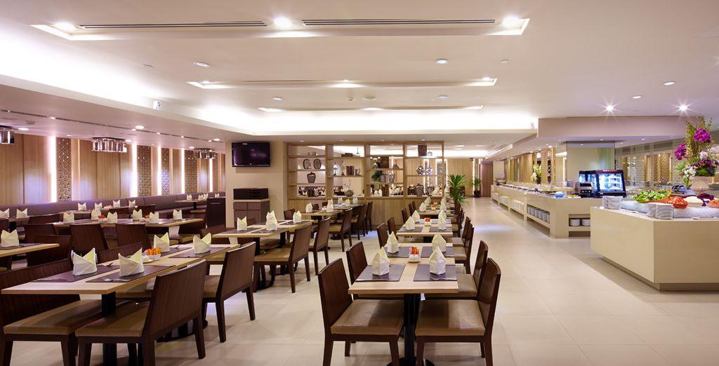 Deguste platos exquisitos y goce del buffet libre cada mañana, Hotel Grande Centre Point
