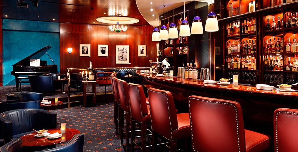 Disfrute de un aperitivo en el salón Gobelin Halle o en el Bristol Bar