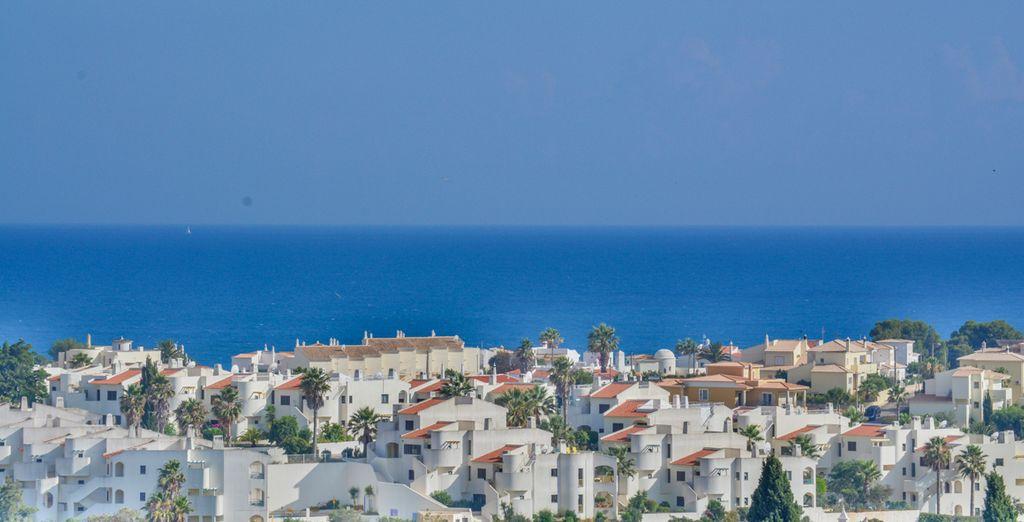 Vistas de la zona con el mar al horizonte