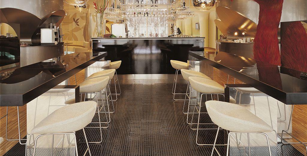Tómese un aperitivo en el bar del lobby