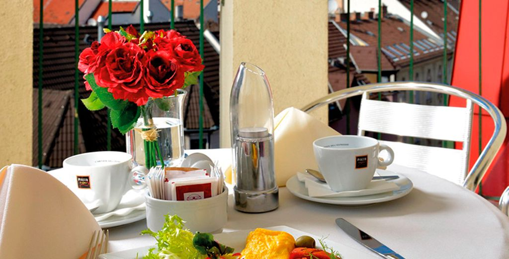 Desayune por la mañana en la terraza