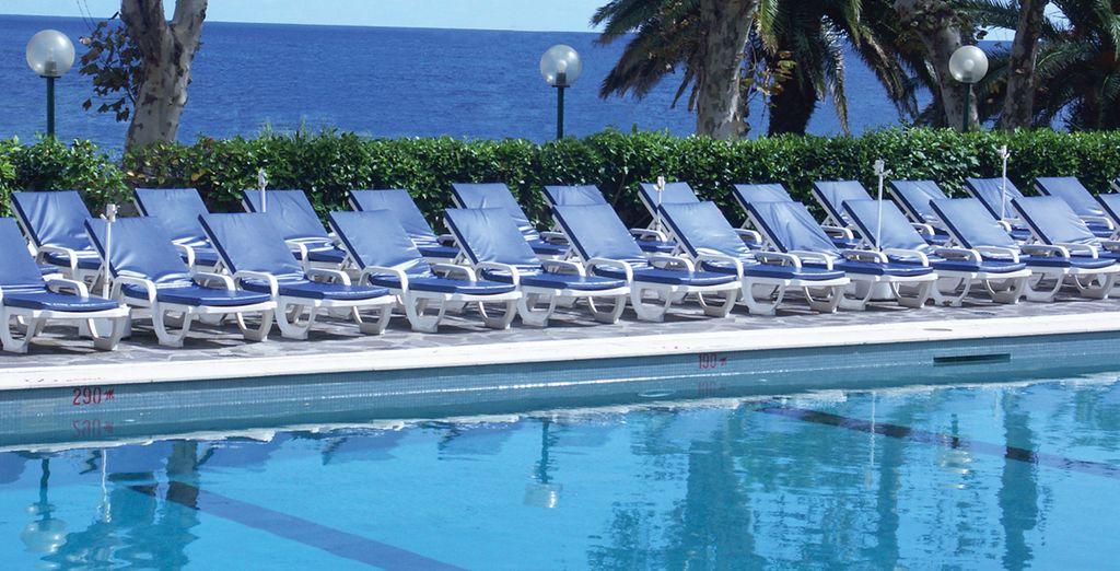 Tome el sol a la vera de la piscina