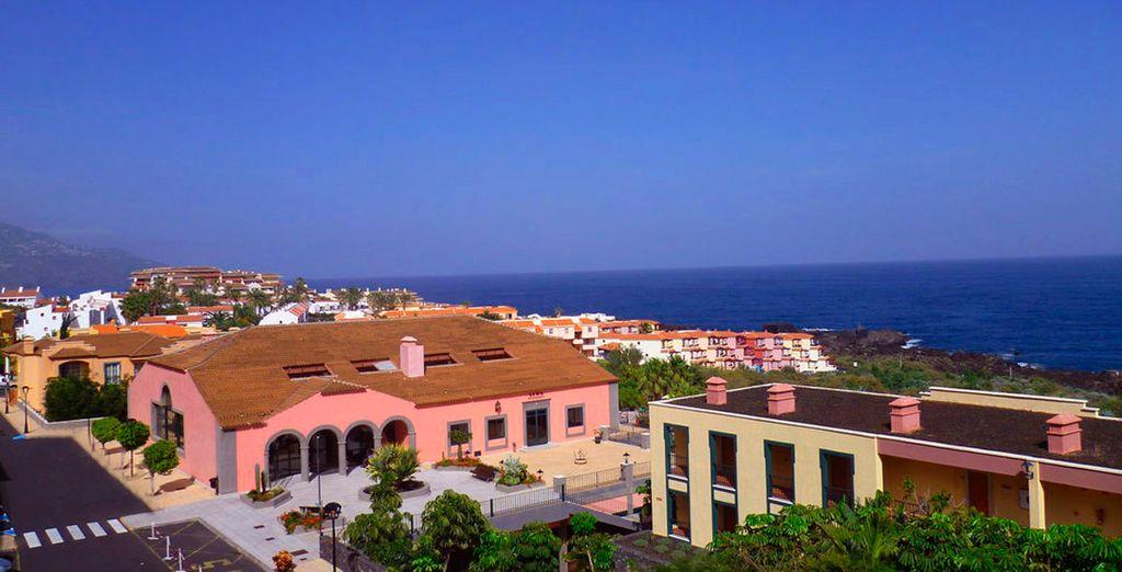 Vistas desde la entrada del hotel con el mar al fondo