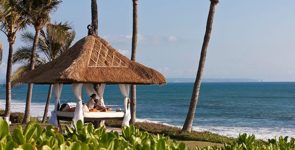 Relájese en la playa enfrente del hotel