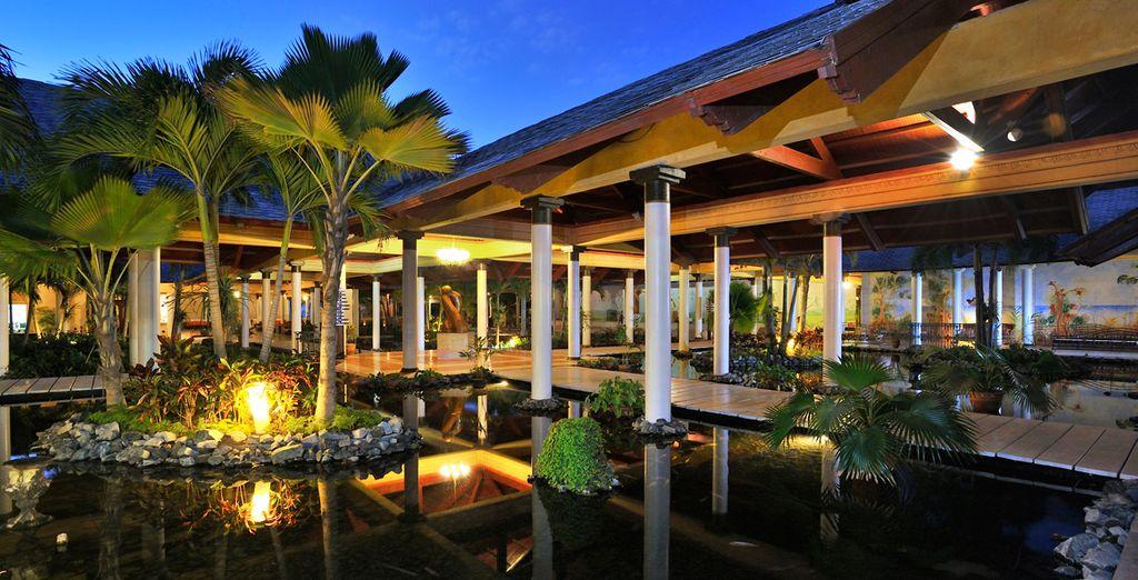 La vegetación se funde con el hotel