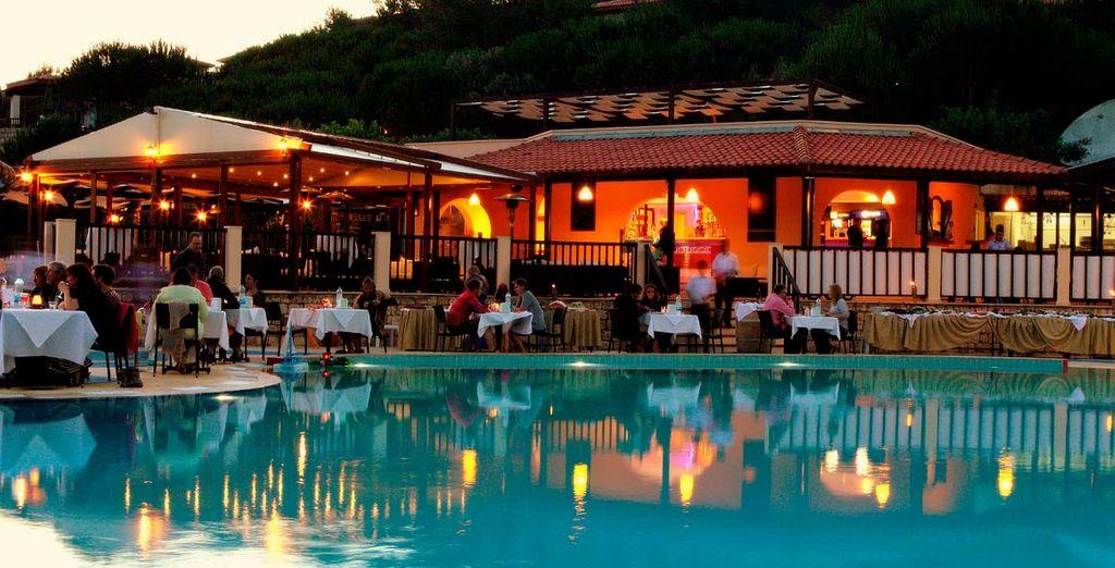 Este hotel dispone de una gran piscina al aire libre