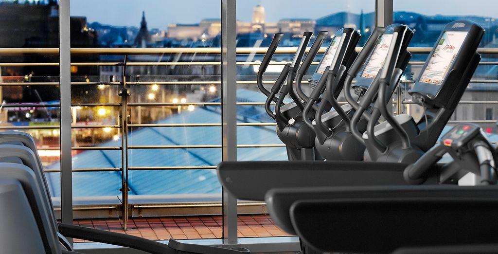 Disfrute del centro de fitness con vistas a la ciudad
