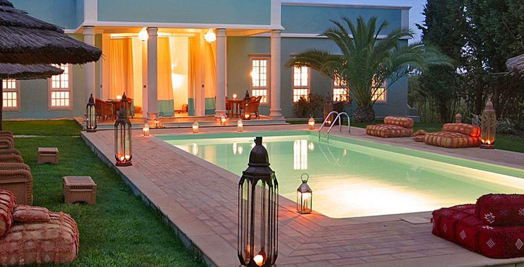 Disfrute su piscina por la noche...
