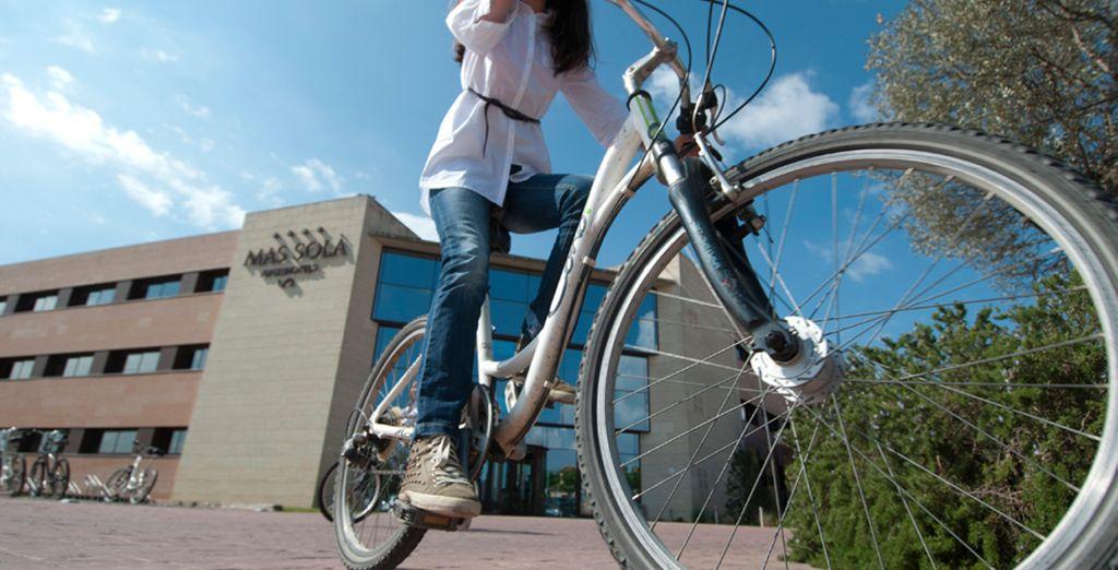 Los huéspedes pueden alquilar bicicletas y coches para explorar los alrededores de Mas Solà