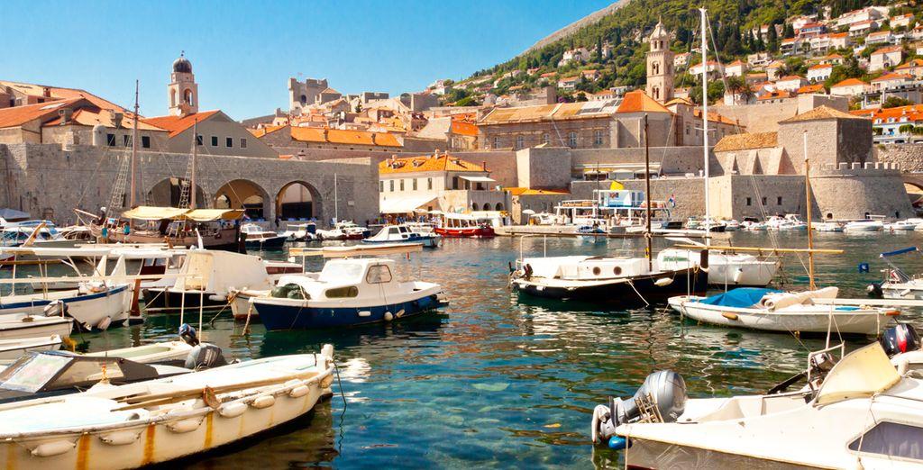El puerto de Dubrovnik repleto de pequeñas barcas