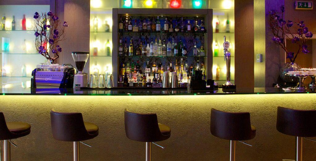 Pase veladas únicas tomando un delicioso cóctel en este vibrante bar
