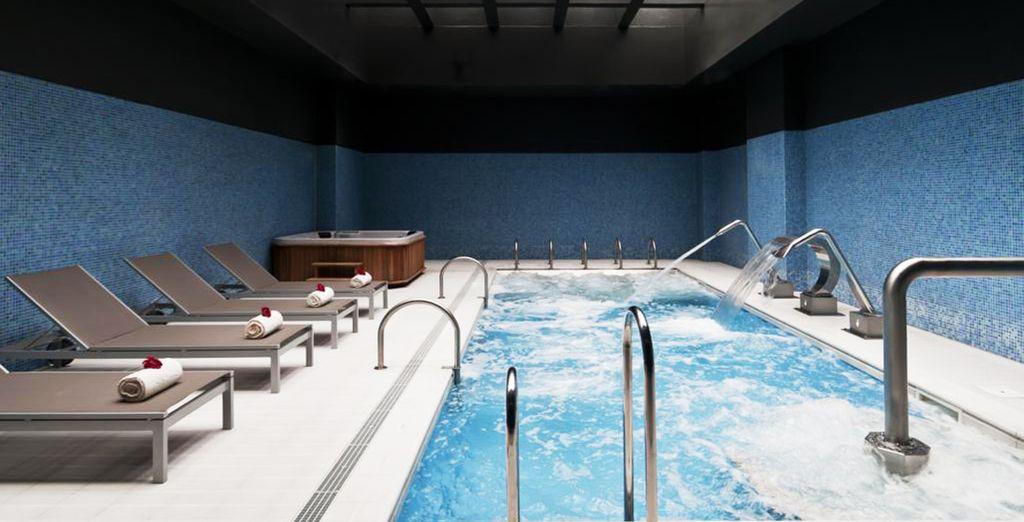 Dese un baño en su piscina interior climatizada...