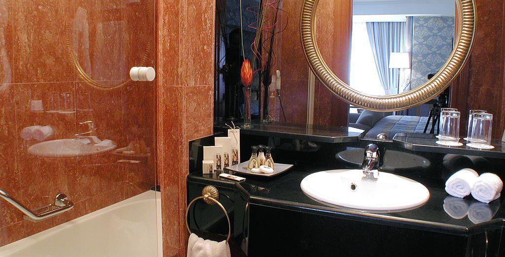 Con baño privado con bañera y ducha