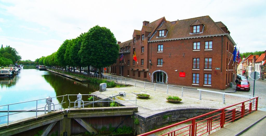 Está situado en uno de los encantadores canales de Brujas