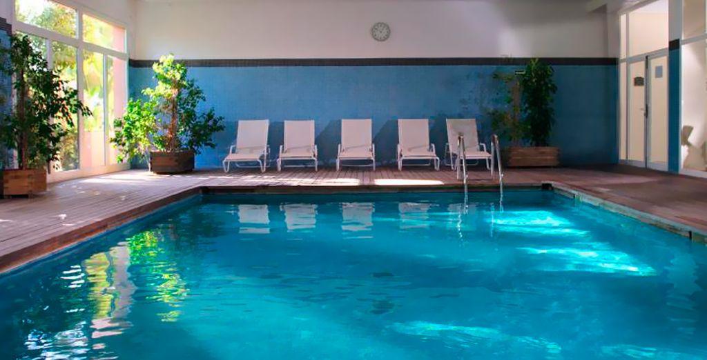 Relájese por completo en su piscina interior