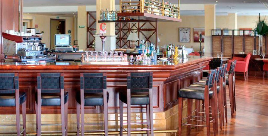Disfrute de su copa favorita en el bar restaurante