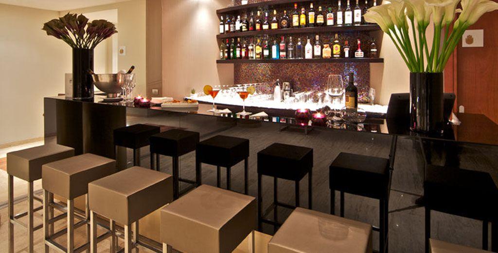 Tómese un aperitivo en el bar