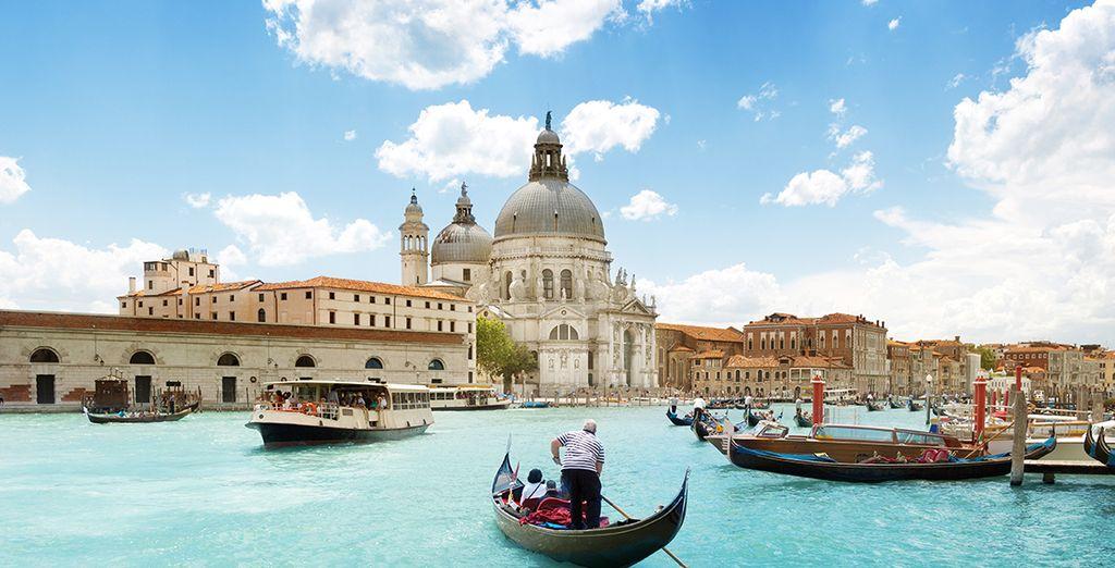 Disfrutará de un paseo en barco privado por el Gran Canal ya casi al atardecer