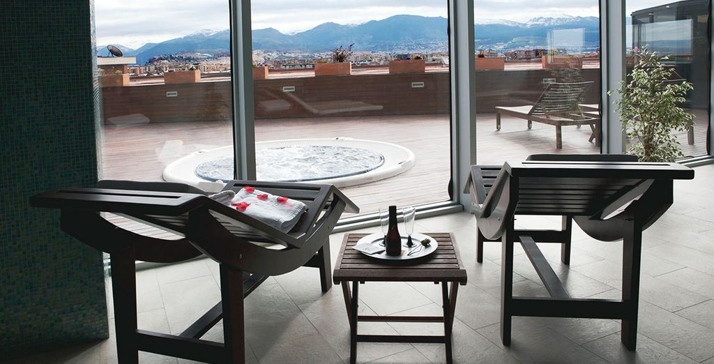 Relájese en el Spa con vistas panorámicas sobre la ciudad de la Alhambra, una delicia para todos sus sentidos...