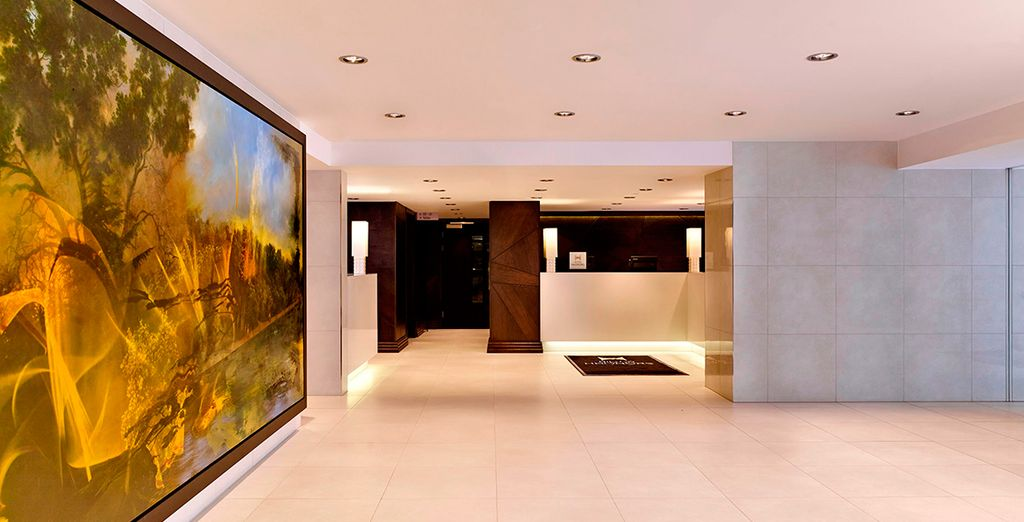 El hotel cuenta con un interior moderno y luminoso