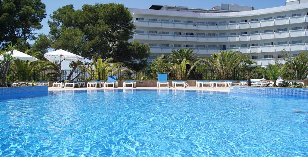 Disfrute del sol español mientras toma un baño en la piscina