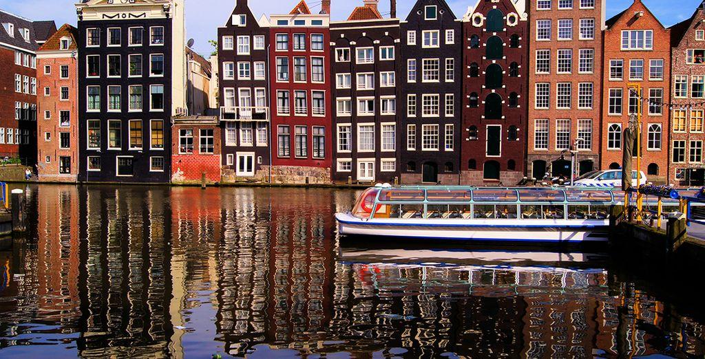 Visite la Oude Kerk, la iglesia más antigua de Ámsterdam...