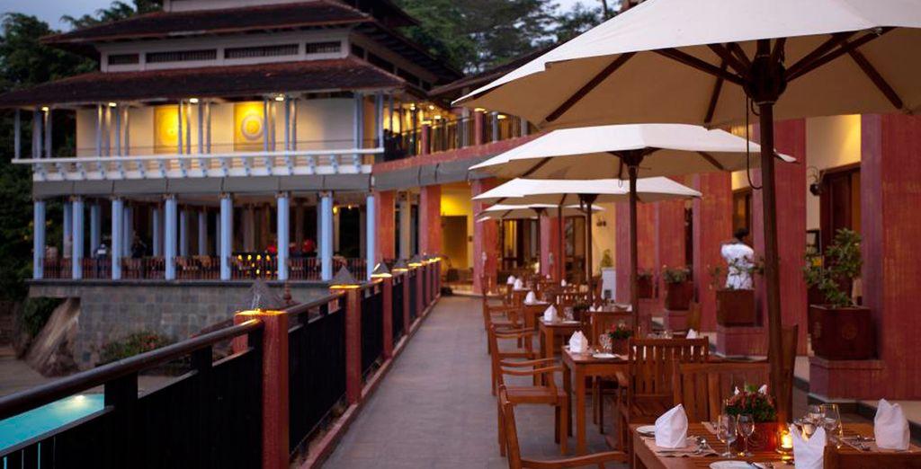Disfrute de comidas y cenas en el restaurante al aire libre