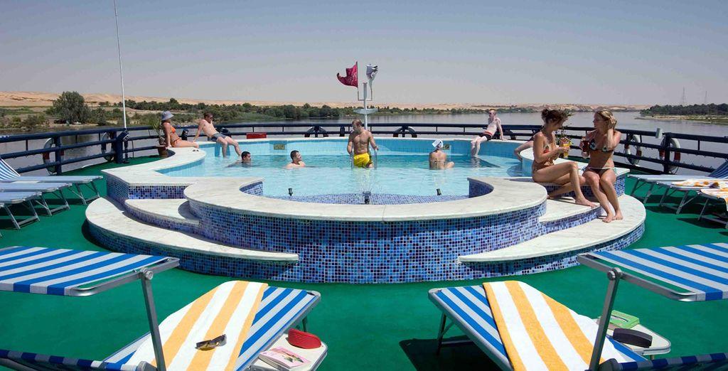 Disfrute de vistas al Nilo desde la cubierta del barco mientras se refresca en la piscina