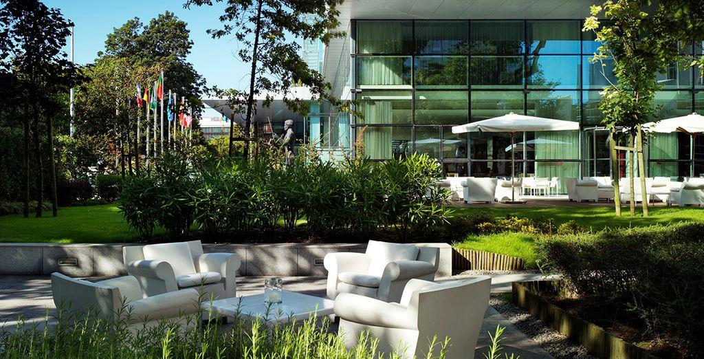 Pasee por los frondosos jardines del hotel