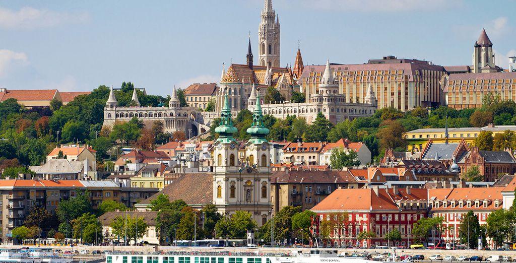El Danubio divide a la ciudad en dos: Buda, su centro histórico, y Pest