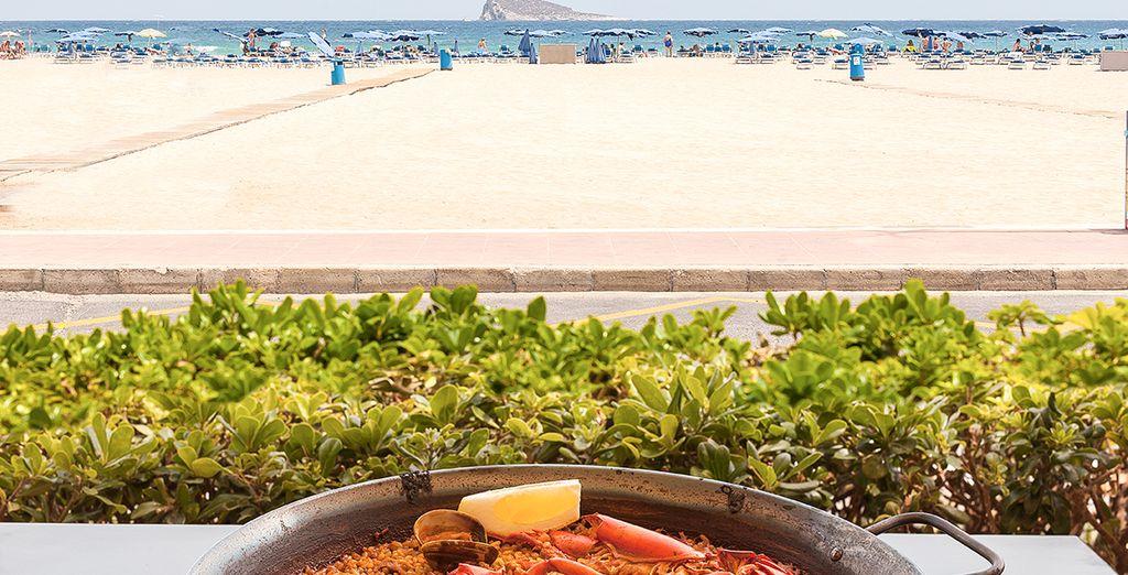 Deguste la exquisita gastronomía frente a la playa de Poniente