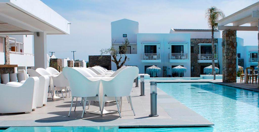 Tome el sol en la piscina exterior...