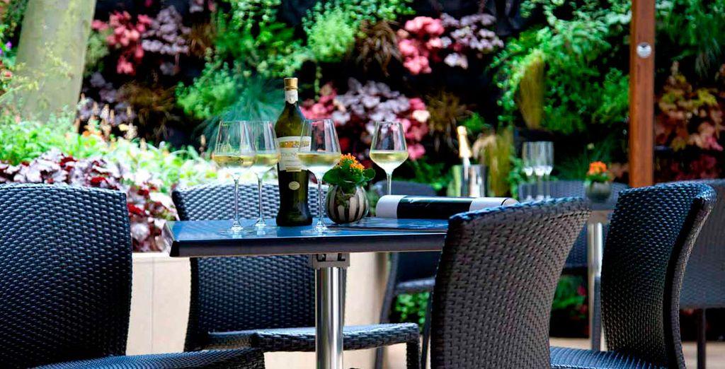 La terraza con jardín le ofrece el lugar perfecto para disfrutar del buen tiempo por la mañana