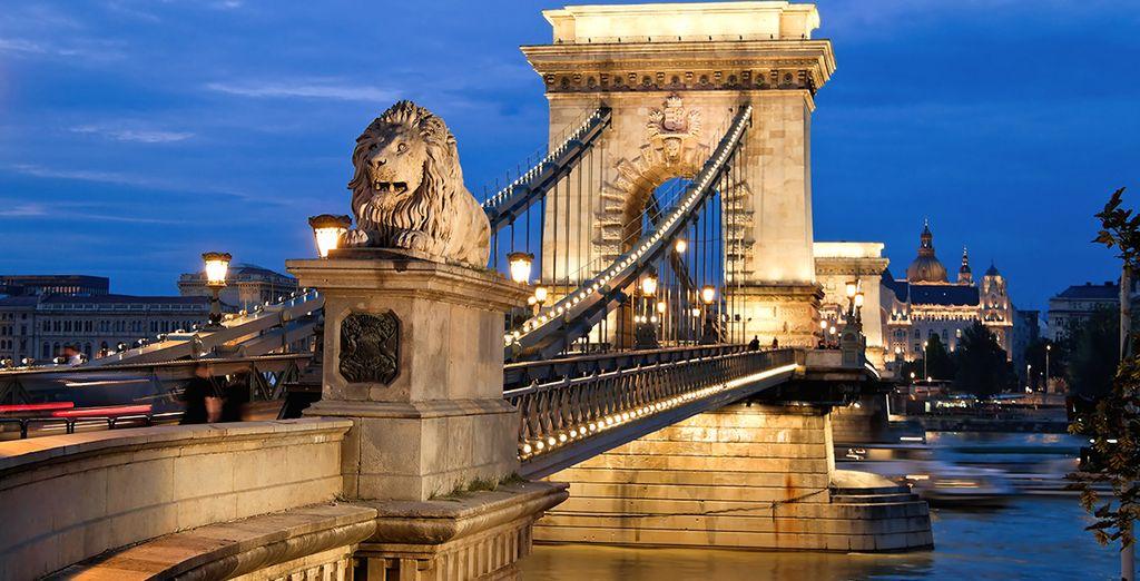 El Puente de las Cadenas iluminado por la noche en Budapest