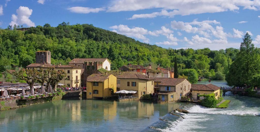 Borghetto sul Mincio, un espléndido Borgo medieval con sus casas sobre el agua y dominado por el Puente de los Visconti