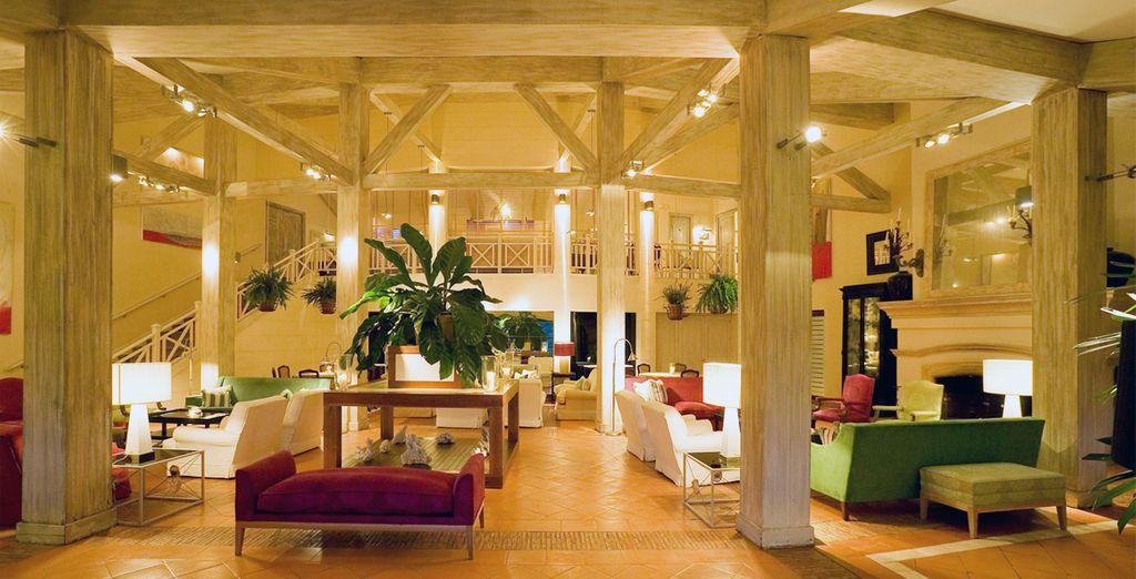 Con exquisito encanto en la decoración, una amplia chimenea y vistas espectaculares al campo de golf