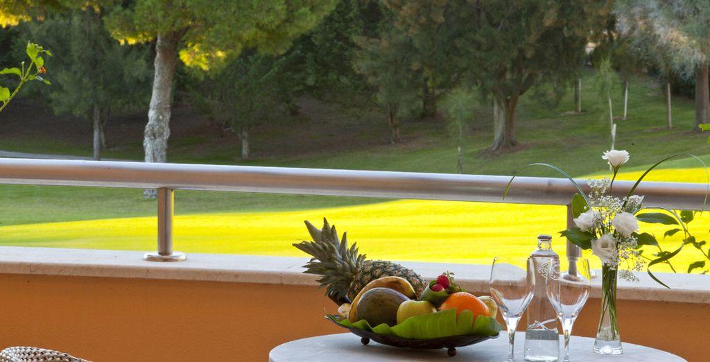 Disfrute de unas magníficas vistas al campo de golf desde la terraza privada de su habitación