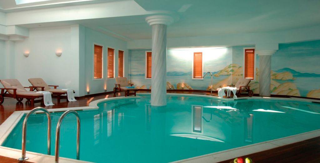 Disfrute de la piscina interior climatizada