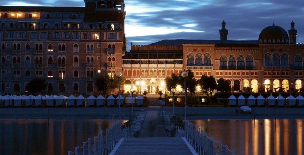 Vistas preciosas del hotel al anochecer
