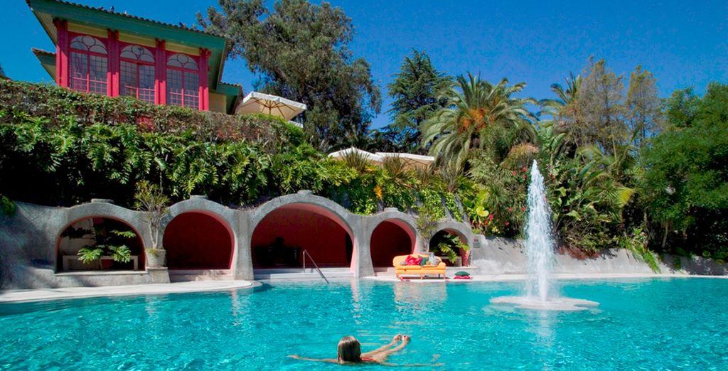 Una espectacular piscina con fuente