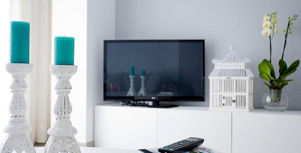 Disfruta de momentos de relax en la sala, equipada con un televisor de pantalla plana de 42