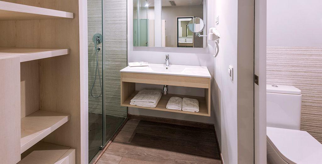 Dispone de un baño moderno y completo