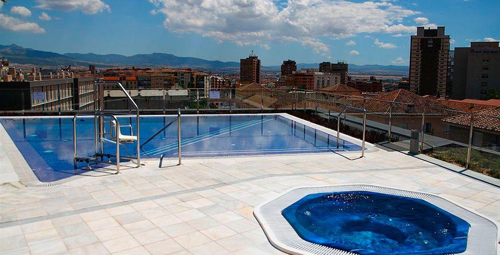 El hotel dispone de jacuzzi y piscina exterior con grandes vistas a toda la ciudad