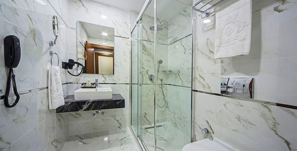 Con un baño completamente equipado