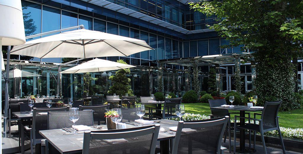 Tómate un aperitivo bajo el sol en la terraza del hotel