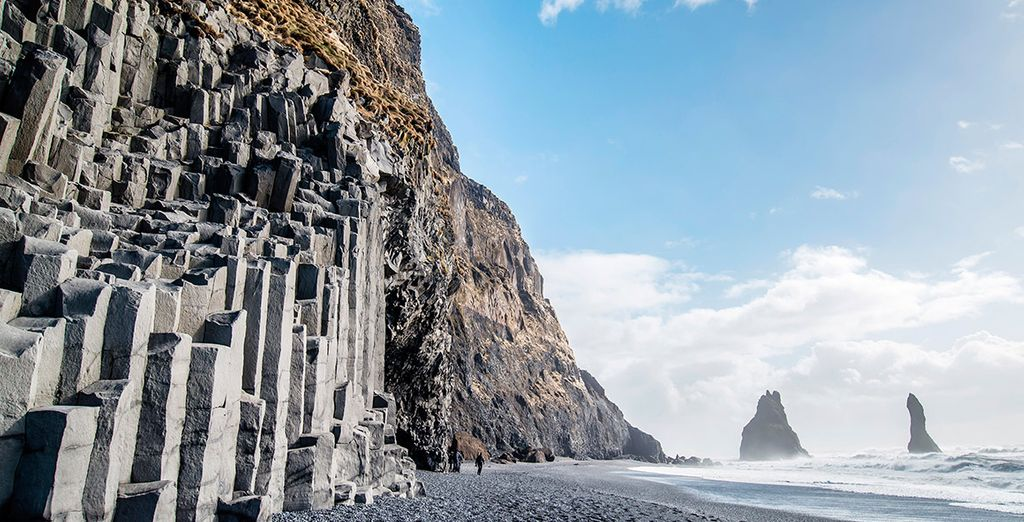 La fantástica playa de arena negra de Reynafjara, donde se encuentran las columnas de basalto