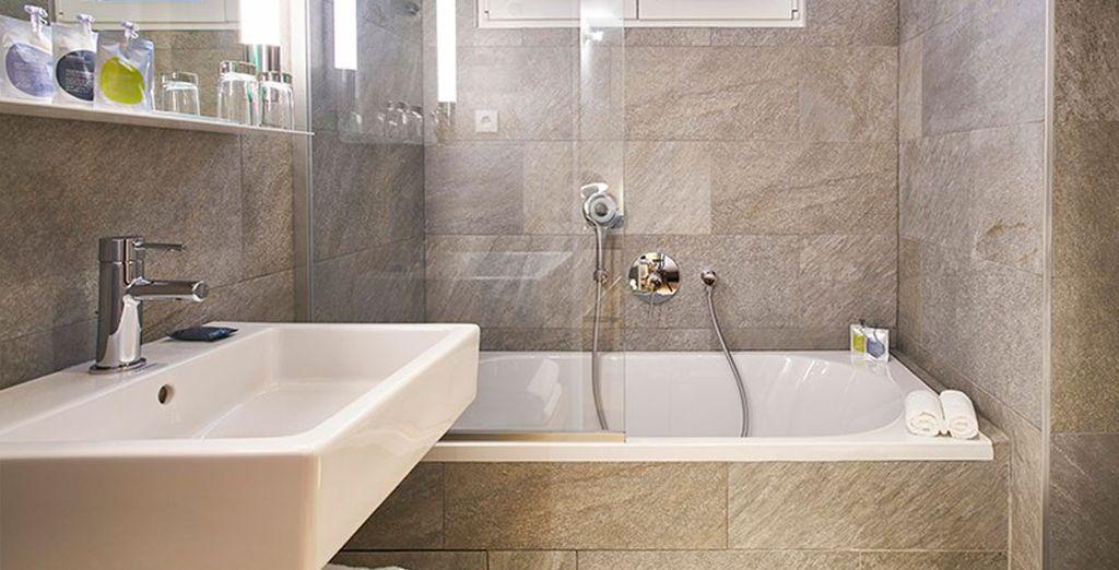 Un baño completamente equipado