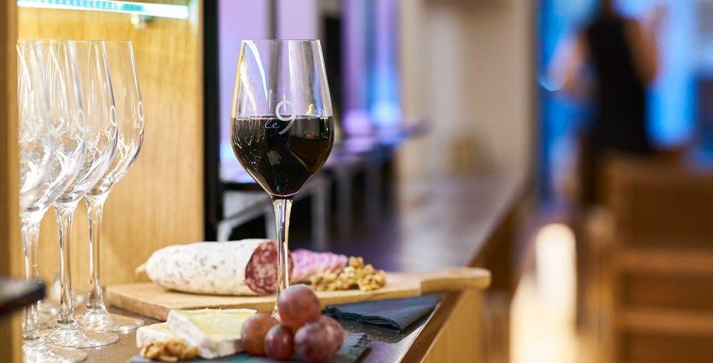 Degusta los refrescos, vinos y zumos de la selección del bar