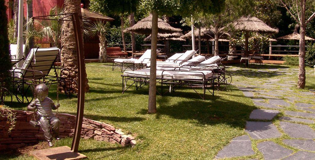 Exteriores con jardines del Hotel